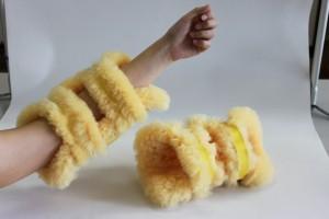 黄色いナーシングラッグを腕にはめてみました