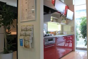 TOTOリモデルクラブ北摂店会リモデルフェアの赤いシステムキッチン