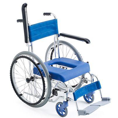 青い座面と背もたれのシャワーキャリーで左のひじ掛けが跳ね上がっています。後輪の最上部は座面より上に出ていますね。