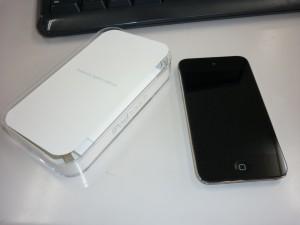 右側は新しく買った iPod touch、左側はその空き箱です。