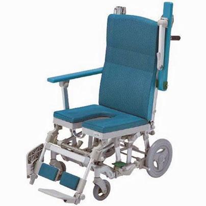 シャワーキャリーの座面と背もたれは青緑。右側のひじ掛けが背もたれに沿うて跳ね上がっています。