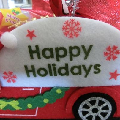 赤い車の左横には、Happy Holidaysのロゴマーク