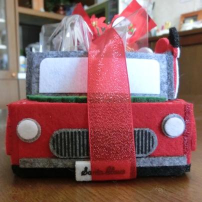 真っ赤な車を正面から撮影しています。