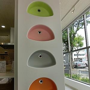 シンクを縦に並べていて、下からオレンジ、グレー、ピンク、薄緑がならんでいます。