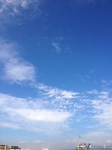 青空の二割ほどが雲が覆われています。