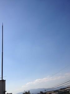 一面の青空ですが、写真の左端に当社ビルの避雷針が映っています。