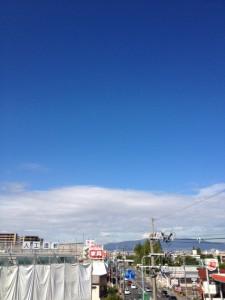 会社からみる青空。外壁工事中の中川クリニックさんが手前に見えます。