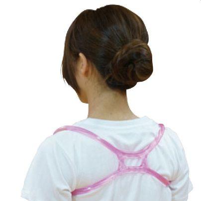 ピンクでバツ印型の樹脂バンドが白いTシャツの受けからはめている女性がうつっています。