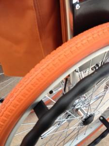 オレンジ色のタイヤを後ろ斜め上からアップで撮影しています。