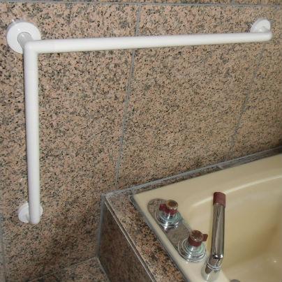 浴室にL字型手すりをアレンジして取り付けました