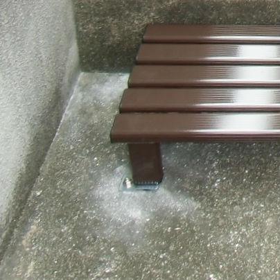 外用段差解消踏み台の脚は、ステンレスの金具とボルトでコンクリートに固定しています。