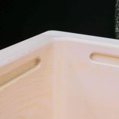 個浴用木製介護浴槽の縁は、しっかりと握れるように深い溝を掘ってあります