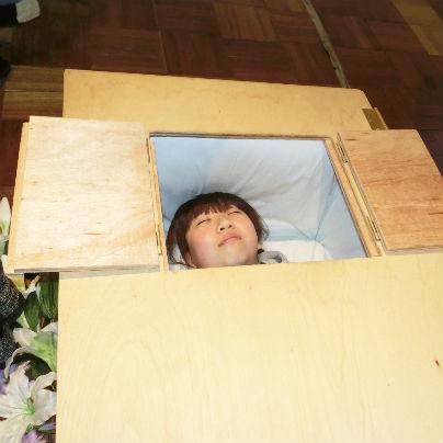 棺桶の窓をひらてお顔を見ています