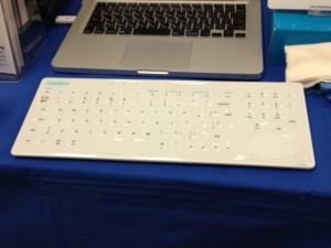 青い机の上に真っ白いキーボードが置いてあります