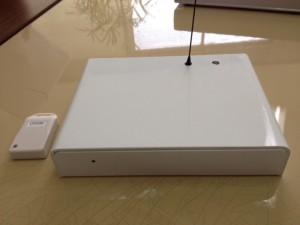 ページの机の上で左側にあるマッチ箱ほどの小さな送信機、右側にお弁当箱ほどの受信機が置いてあります。