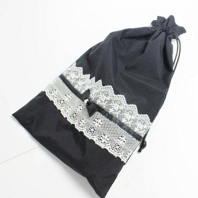 黒い巾着の紐をひいて巾着の口を綴じます。