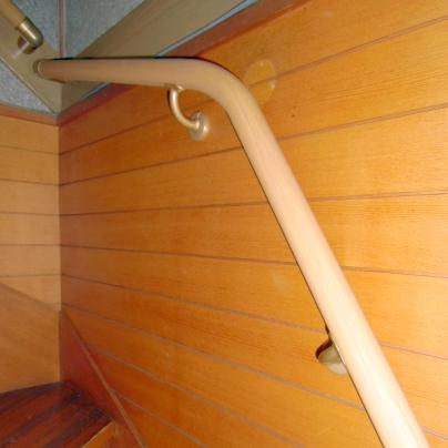 右の階段にフリーアール手すりを設置しています。