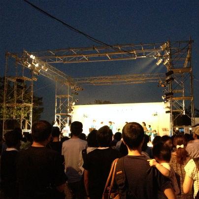 金属のアングルが四角いアーチ型に組んであり。その下では市民の演奏やダンス。
