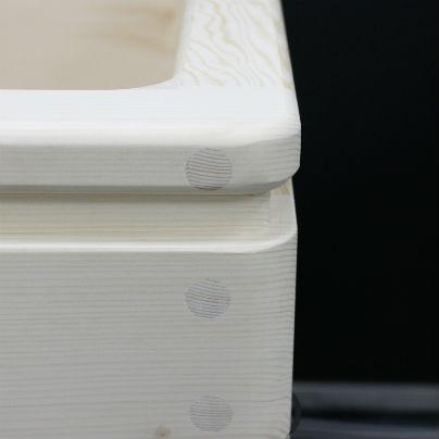 木製介護浴槽の右カドの部分をアップで写しています。