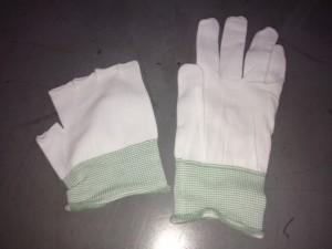 白いインナー手袋が2つ。一見軍手に見えますね。左側は指先をカットしたタイプの、右側は五本指タイプ