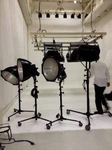 撮影スタジオの床と壁は白、照明を機置いています