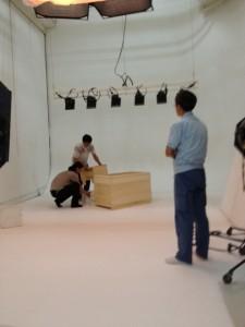 写真スタジオに高齢者介護施設用木風呂を置いて撮影の準備中