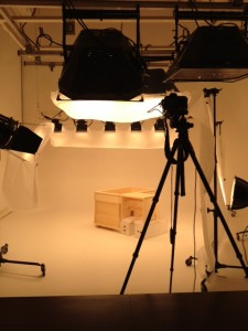 撮影スタジオで高齢者介護施設用木風呂を置いて撮影を開始