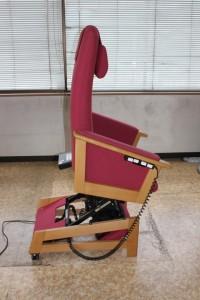 キタニジャパンの電動昇降椅子で座面が昇ぼった状態