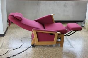 キタニジャパンの電動昇降椅子でリクライニングした状態
