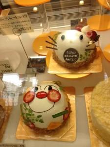 ガラスのショーケースの中には、ハローキティのお誕生日ケーキが右上に、アンパンマンのお誕生日ケーキが左下に。