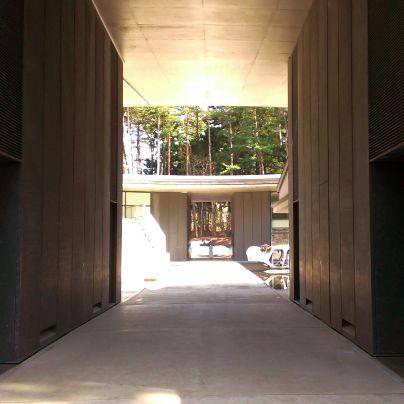 両側の壁に挟まれ奥に見えるのはもう一つの出入り口