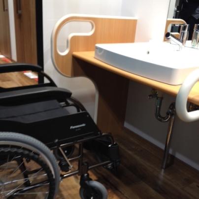 右奥に洗面カウンター左手前に車椅子が写っています。