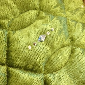 緑色の生地を使ったレッグウォーマー。スワロフスキーがついています。