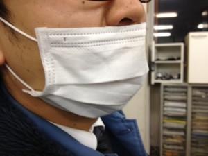 制服にマスク姿で頑張っています。