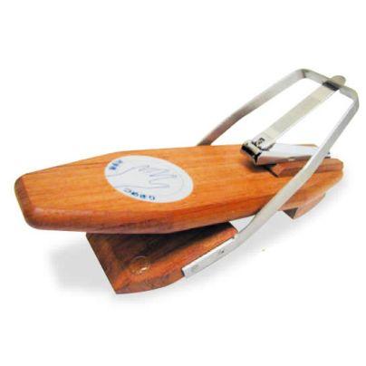 木製の台に金属製の枠があり爪切りのレバーを押し倒すようになっています。