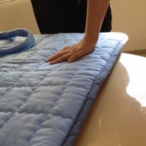 水色のマットレスは、温水暖房による配管が内蔵されています。