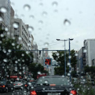 南森町付近、国道1号線は、ただいま雨