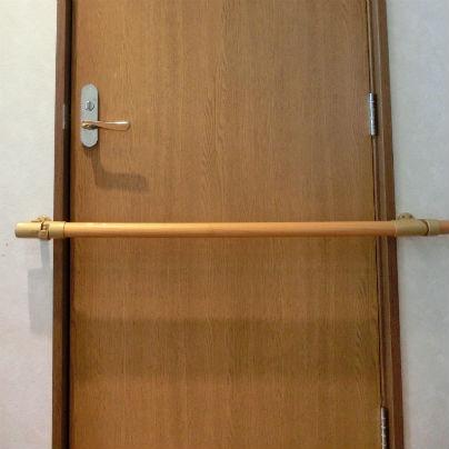 開き戸を横切って手すりがあります