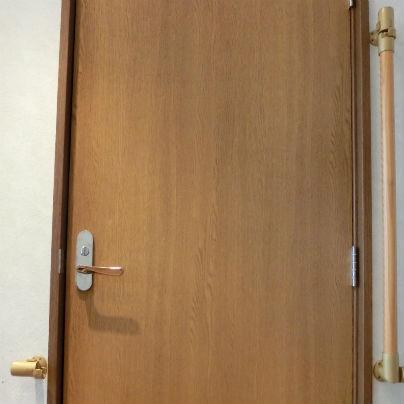 扉の前にあった遮断機手すりが垂直にまでたちあがっています。