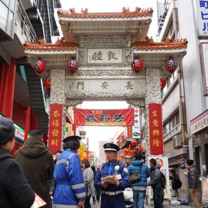 神戸南京町の長安門には赤い横断幕に黒い文字で春節祭と書いてあります