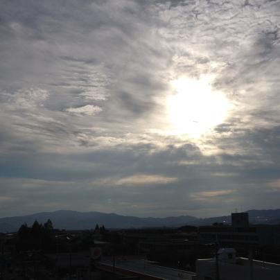 夕方の空、雲が多く、太陽は雲の向こう