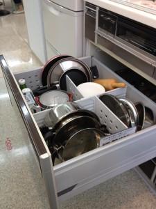 プルオープンキャビネットの中に鍋やフライパンがたくさん入っています。