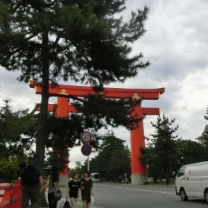 平安神宮へつながる参道に立つ巨大な鳥居。ビルなら5階建てくらいになりそうな大きさ。
