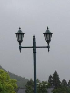 雨の中の街灯