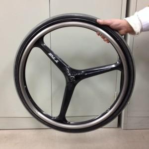 車椅子のタイヤは「輪」 2013年、今年の漢字も「輪」