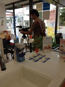 店内でシステムキッチンのそばからビデオで撮影しています。