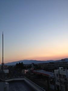 山に夕日が落ちてゆく様子です。